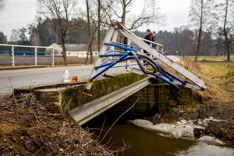 Auto kierowane przez 15-latka wypadło z drogi. Przebiło barierkę mostu i wpadło do rzeczki.  Kierowca zginął na miejscu. Czworo pasażerów trafiło do