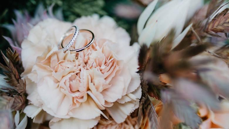 Życzenia ślubne. Wierszyki, sms-y, życzenia klasyczne, wesołe, oryginalne, cytaty, błogosławieństwa dla młodej pary