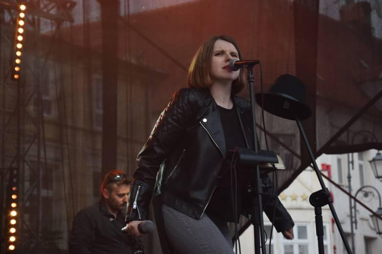 W ramach Dni Żnina na rynku zagrał zespół Elixir. Fragment koncertu:
