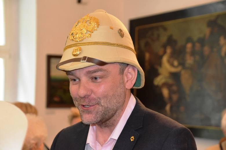 """Otwarta w piątek, 11 maja 2018 r. wystawa """"Panie i Panowie, trzymajcie kapelusze!/Dámy a Pánové, držte si klobouky!"""" - będzie wiodącym motywem Czeskiej"""