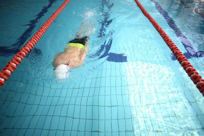 """Bez czepka na basenie - ani rusz! Na basenie """"Perła"""" na Wyżynach w Bydgoszczy można pływać tylko w czepkach."""