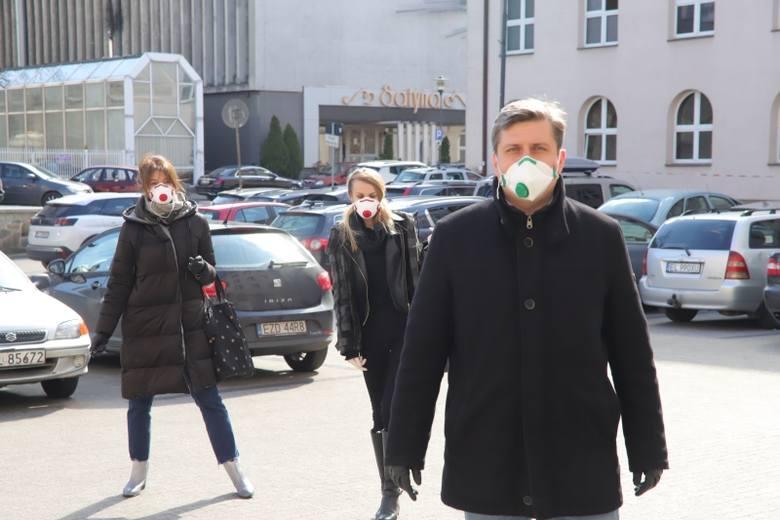 Wszystkie podjęte uchwały na sesji Rady miejskiej w Łodzi były związane z epidemią. Przyznano pomoc dla rodziców, firm i spółek miejskich.Kliknij dalej