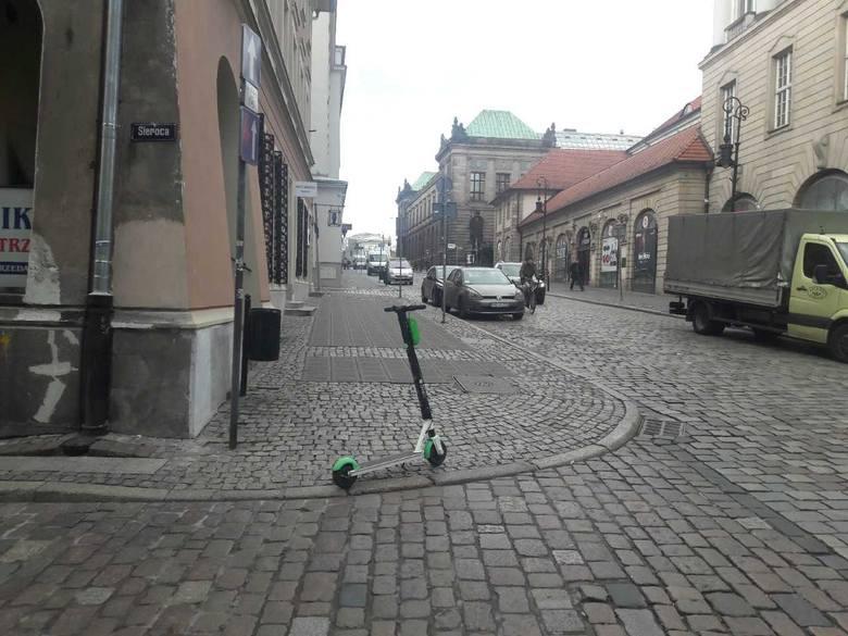 Hulajnogi tarasują przejścia, stwarzają niebezpieczeństwo dla pieszych, szczególnie dla słabowidzących i niewidomych