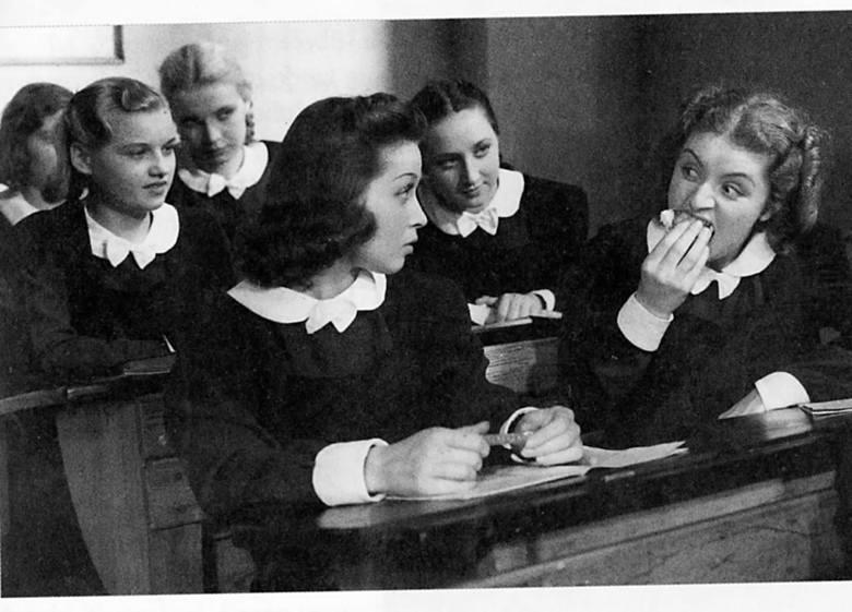 """Scena z filmu """"Moi rodzice rozwodzą się"""" z 1938 roku. W pierwszej ławce (z lewej) siedzi Renata Radojewska. Zdjęcie z książki """"Skazane na zapomnienie. Polskie aktorki filmowe na emigracji""""."""