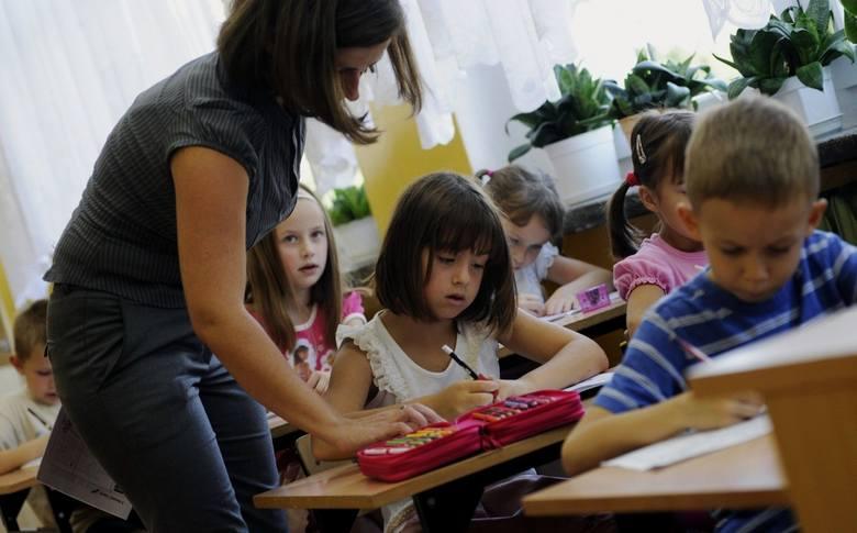 Zarobki nauczycieli wzbudzają ogromne emocje. Ostatnia podwyżka wynagrodzeń dla nauczycieli weszła w życie 1 stycznia 2019 roku. Zobacz, jak kształtują
