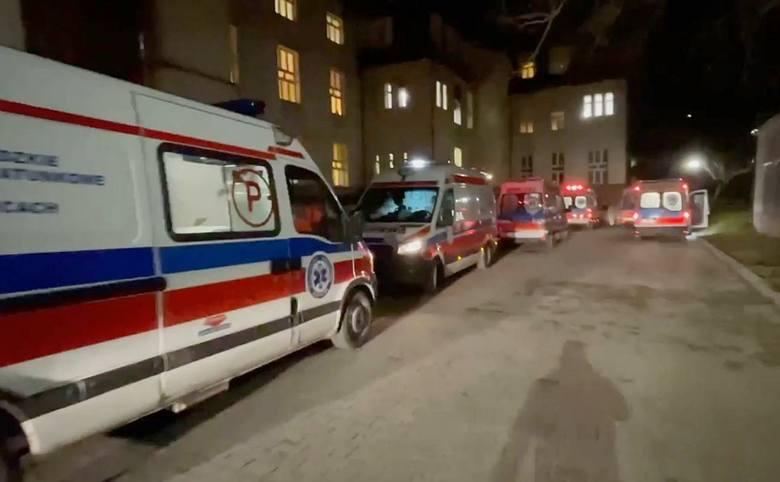 Kolejka karetek przed Szpitalem Specjalistycznym w Zabrzu. Do przyjęcie pacjenta z COVID-19 czekało w kulminacyjnym momencie ok. 20 karetek.Zobacz kolejne