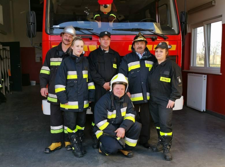 Łukasz Schumacher (stoi w środku) w towarzystwie koleżanek i kolegów z jednostki Ochotniczej Straży Pożarnej w Kuczwałach