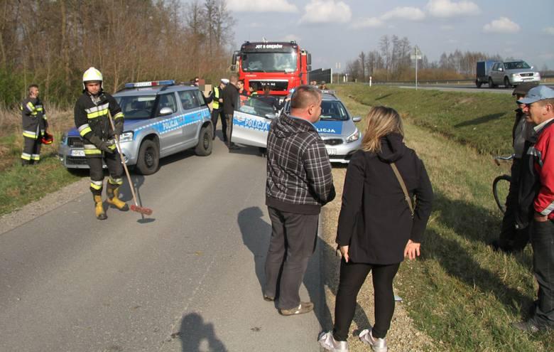 Mitsubishi dachowało z obwodnicy Grębowa, omal nie wpadło na rowerzystów. Kierowca był kompletnie pijany [ZDJĘCIA)