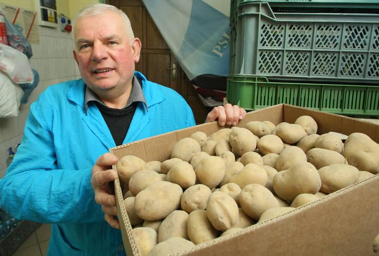 Groza w warzywniaku. Porażające ceny ziemniaków Marian Sikora, który prowadzi sklep warzywniak od 35 lat nie pamięta tak drastycznego wzrostu cen ziemniaków,