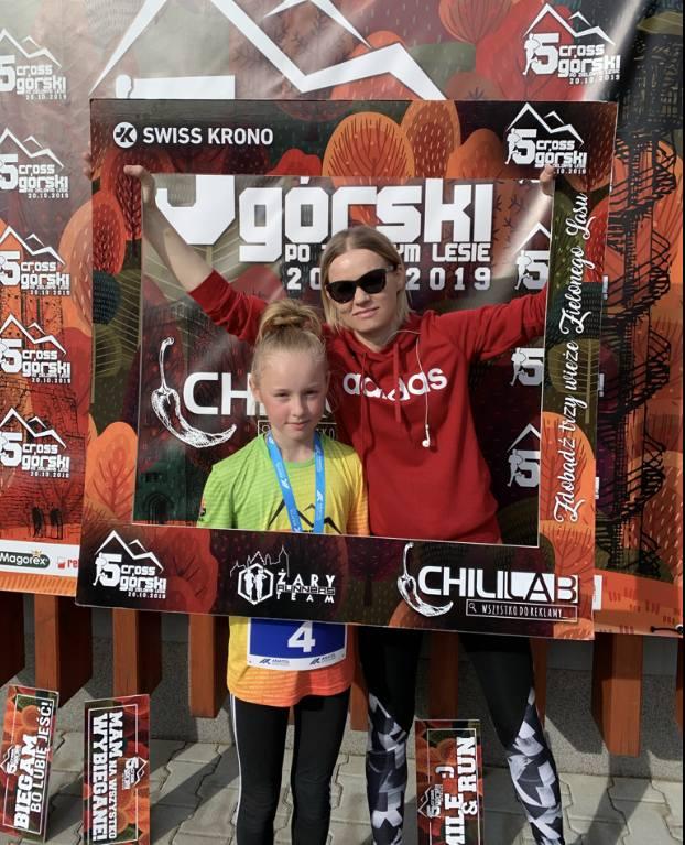 Z Marleną Rybińską biega córka Kamila, która w 2019 roku w minicrossie po Zielonym Lesie sięgnęła po brązFot. Archiwum Marleny Rybińskiej