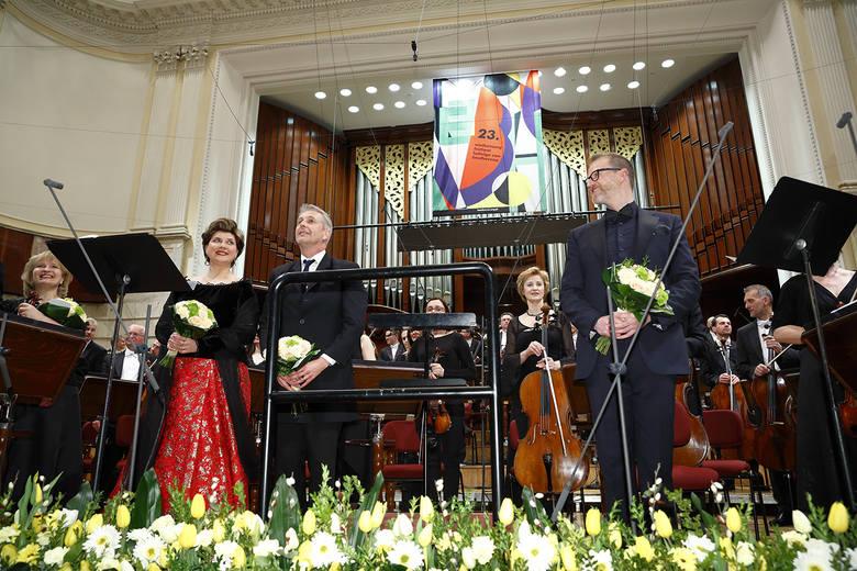 Aga Mikolaj - sopran, obok niej dyrygent Alexander Liebreich, a z prawej Raymon Ayers - baryton. Narodowa Orkiestra Symfoniczna Polskiego Radia w Ka