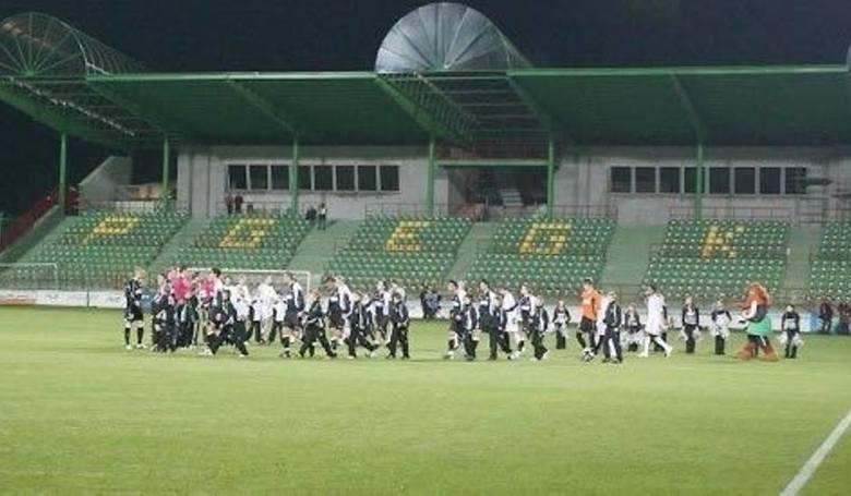Pojemność: 5 264 miejsc (384 dla gości) Oświetlenie: 2000 lux Adres: ul. Sportowa 397-400 Bełchatów