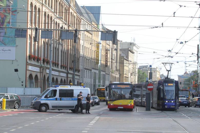 Tymczasowe przejście dla pieszych przez ul. Piotra Skargi na skrzyżowaniu z Oławską.
