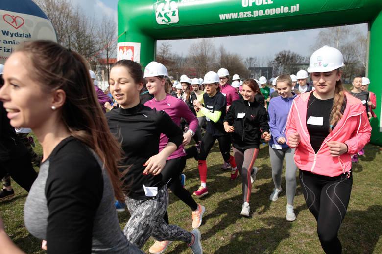 Bieg w kasku na Politechnice Opolskiej.