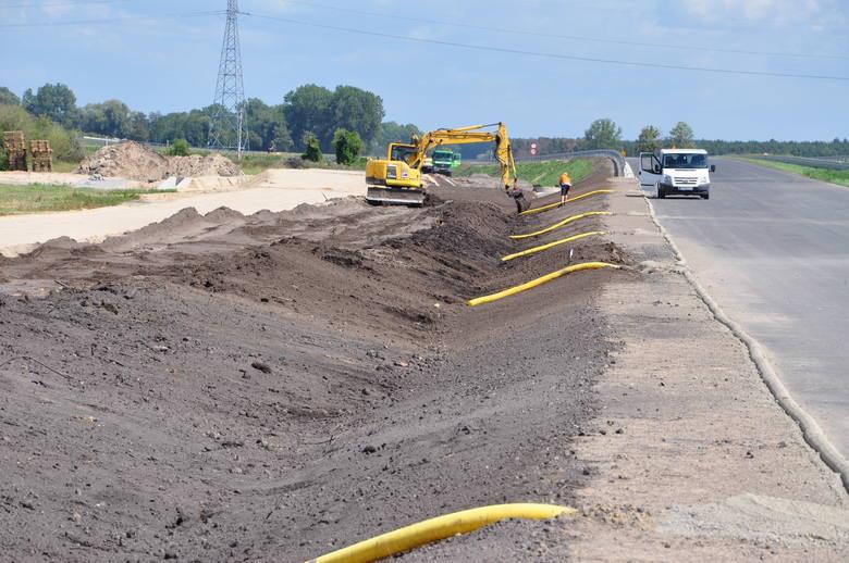 Tak wyglądał plac budowy na odcinkach: Wronczyn - Kościan Południe oraz Kościan Południe - Radomicko, czyli fragmentach drogi ekspresowej S5 Poznań - Wrocław. Droga ma być w pełni przejezdna w Wielkopolsce do końca 2019 roku.<br /> <br /> <strong>Przejdź do następnego zdjęcia -----></strong><br /> <br />