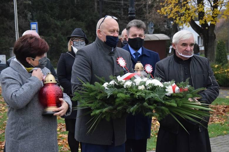 Delegacja Urzędu Gminy w składzie Dariusz Bulski, wójt gminy (w środku), Alina Szczęśniak, sekretarz gminy (z lewej) oraz Dariusz Chruślak, przewodniczący