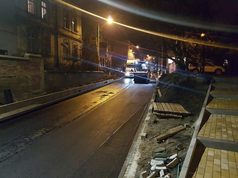 Pod wiaduktem na ul. Batorego w Zielonej Górze ruszyło układanie asfaltu. O zdarzeniu poinformowali na Czytelnicy. Na otwarcie drogi czekają kierowcy.
