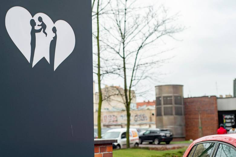Upośledzona Iza vel Bella zaszła w ciążę i w ubiegłym roku trafiła do poznańskiego szpitala przy ul. Polnej. Personel szpitala zwrócił wówczas uwagę na agresywne zachowania jej ojczyma, którego wcześniej sąd ustanowił kuratorem dla chorej pasierbicy. Wskutek interwencji poznańskiego szpitala...