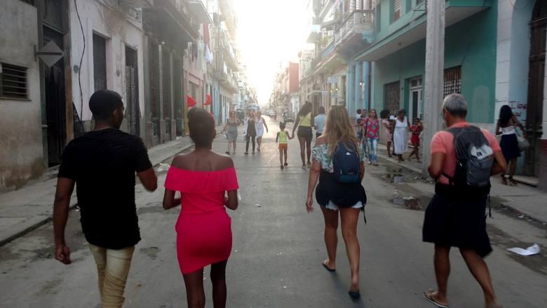 Wigilia to czas fiesty. Młodzi Kubańczycy często wybierają się na imprezy. Nie brakuje ozdób i wyzywających ubrań