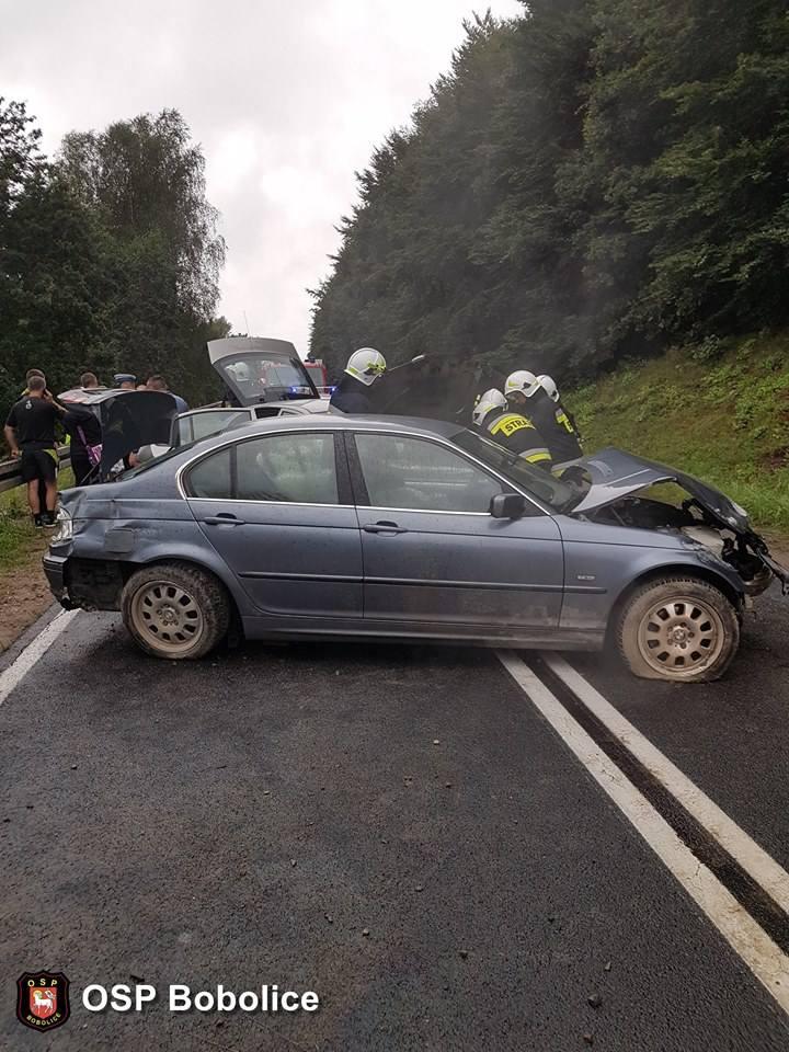 W sobotę po godzinie 19 doszło do wypadku na drodze krajowej nr 25 na odcinku Bobolice-Opatówek. Zderzyły się tam dwa samochody. W akcji uczestniczył