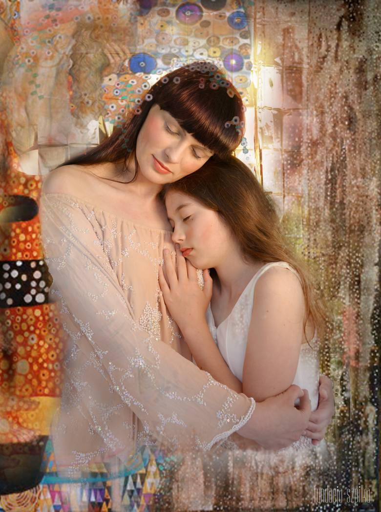 """Zdjęcie inspirowane obrazem Gustawa Klimta """"Trzy okresy życia ludzkiego"""" - pozują Agnieszka Dobrzyńska-Maliszewska i Kornelia."""