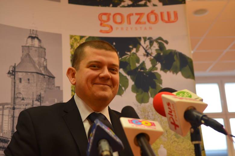 Prezydent Gorzowa chce wyeliminowania jednorazowych opakowań z plastiku. Sam pije kranówkę ze szklanek. - Jeśli kubek musi być plastikowy, to tylko wielorazowego