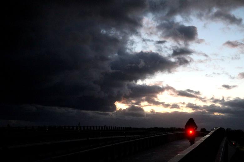 Niż Fryderyka zbliża się do Polski, na szczęście im dalej będzie przesuwał się w kierunku wschodnim, tym siła wiatru, którą przyniesie będzie słabnąć