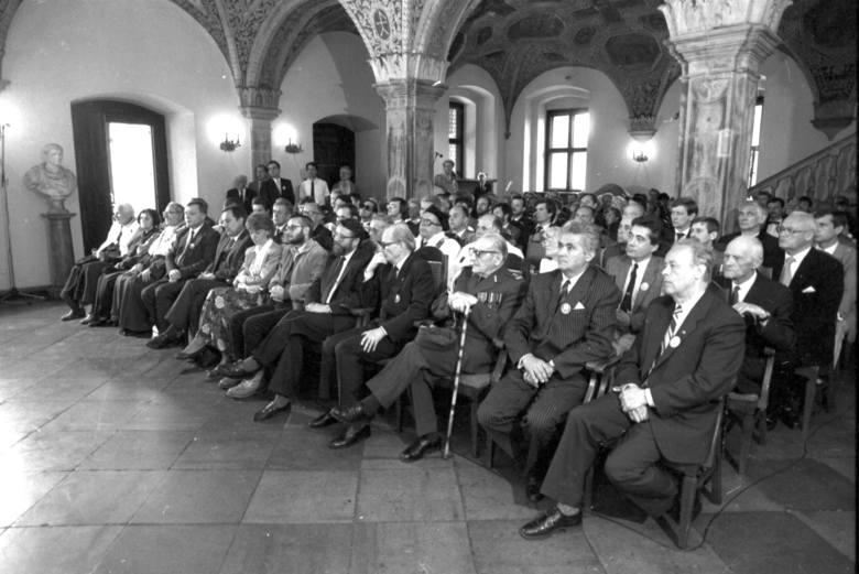 W 1990 roku wszyscy poznańscy radni byli debiutantami, z pasją i determinacją tworzyli samorząd oraz zmieniali miasto, ucząc się na własnych błędach