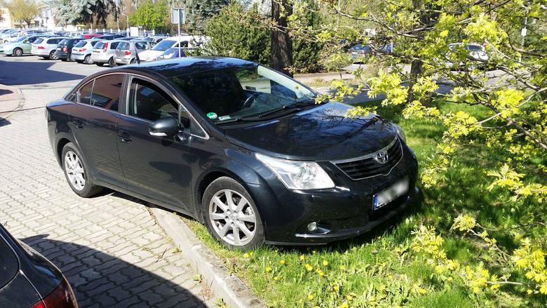 """Widzisz """"mistrza parkowania""""? Zrób zdjęcie samochodu i prześlij na adres alarm@gk24.pl Twoje zdjęcia dołączą do naszej fotogalerii."""