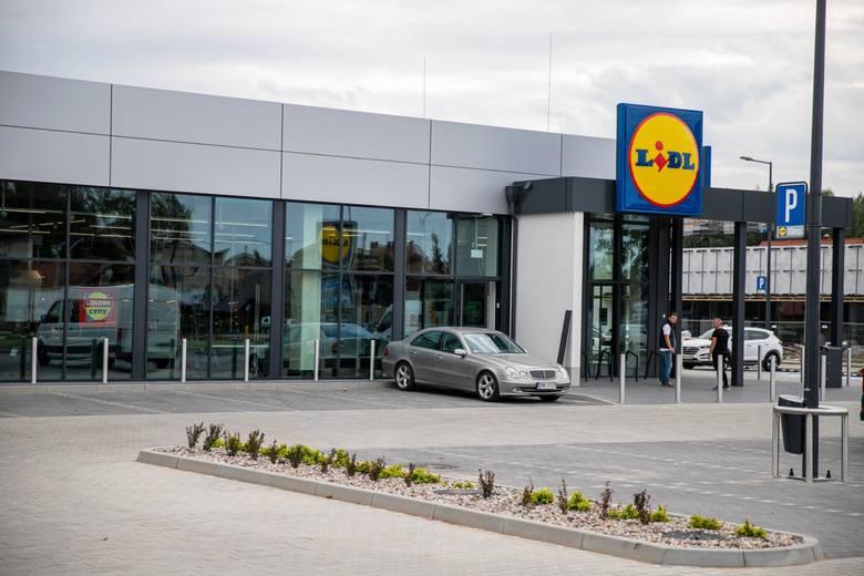 Od marca pracownicy sklepów Lidl zarabiają więcej: - od 3,4 tys. zł brutto (czyli 2484 zł na rękę) do 4,1 tys. zł (czyli 3013 zł na rękę) dla nowozatrudnionych-