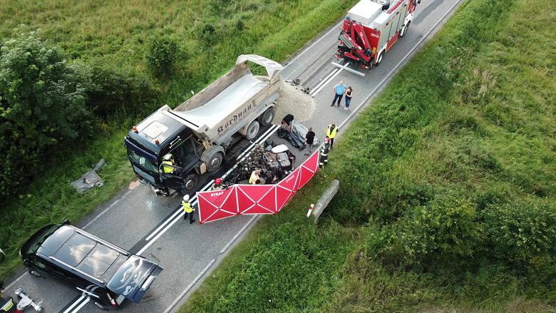 Śmierć na drodze w Laskowie. Ciężarówka zmiażdżyła maleńkie autko [DRASTYCZNE ZDJĘCIA]