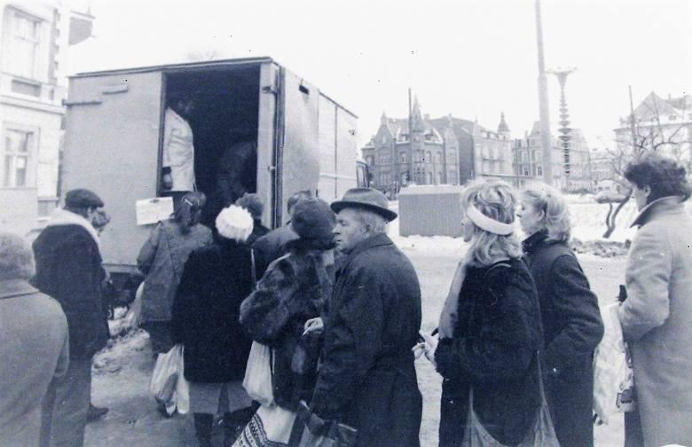 Grudzień 1989 r., uliczna sprzedaż masła na al. Wojska Polskiego