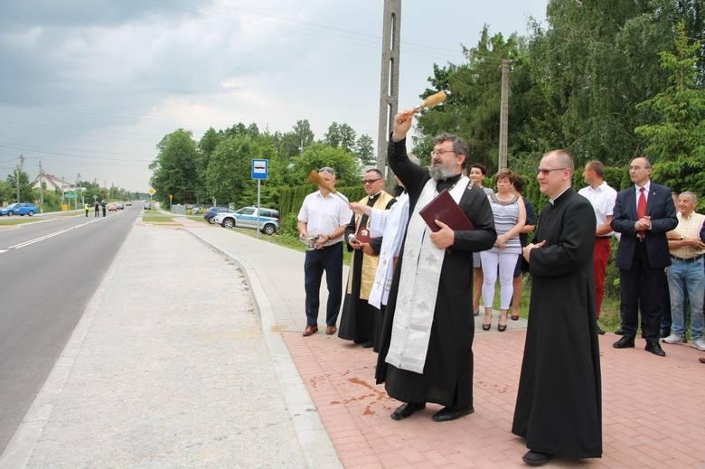 Na te drogę mieszkańcy czekali od lat. Od weekendu od granic Białegostoku do Niewodnicy Nargilewskiej prowadzi szeroka asfaltowa jezdnia. Są chodniki