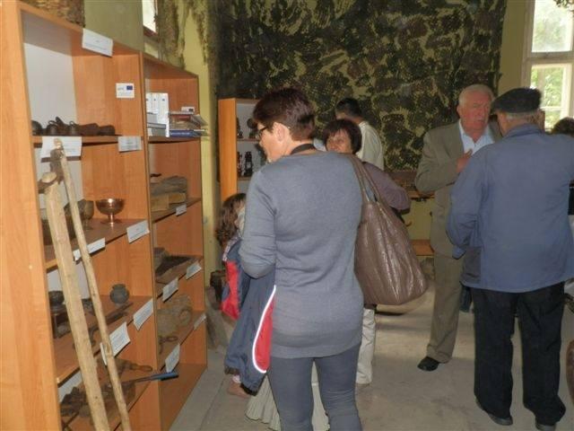 Niezwykła wystawa znajdowała się w dworku. Przedstawiała przedmioty codziennego użytku sprzed pięćdziesięciu, a nawet stu laty. Eksponaty należą do Izby