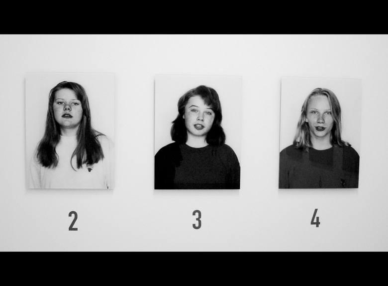 """Zdjęcie przedstawia pracę kolektywu rosyjskich artystów 'AES+F', który od 1987 r. tworzą Tatiana Arzamasova, Lev Evzocicha, Evgena Svyatsky i Vladimir Fridkes. Ekspozycja """"The suspects"""" należąca do zbiorów Pompidou ukazuje portrety czternastu studentek z Moskwy. Siedem z nich zostało..."""