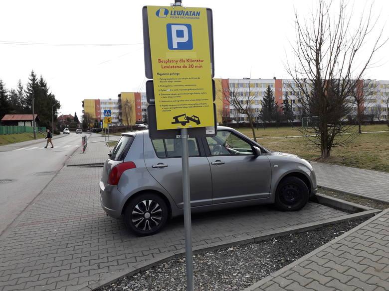Skawina. Parking przy Lewiatanie na ul. Bukowskiej tylko dla klientów. Jednak właściciel nie ma prawa pobierać opłat za parkowanie