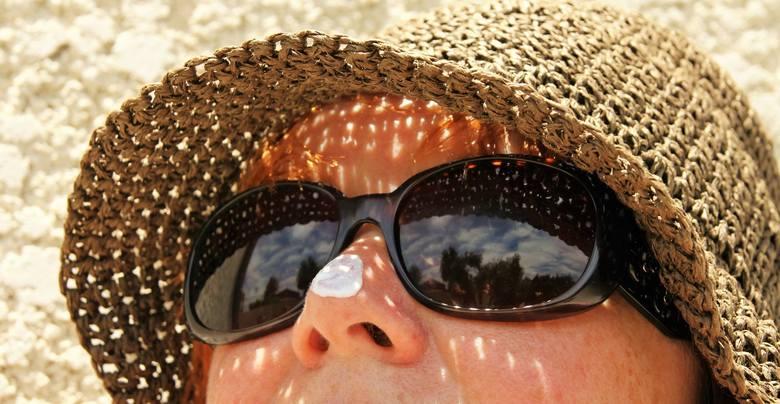 Aby zabezpieczyć się przed szkodliwym promieniowaniem i zmniejszyć ryzyko zachorowania na czerniaka, powinniśmy chronić skórę i oczy.