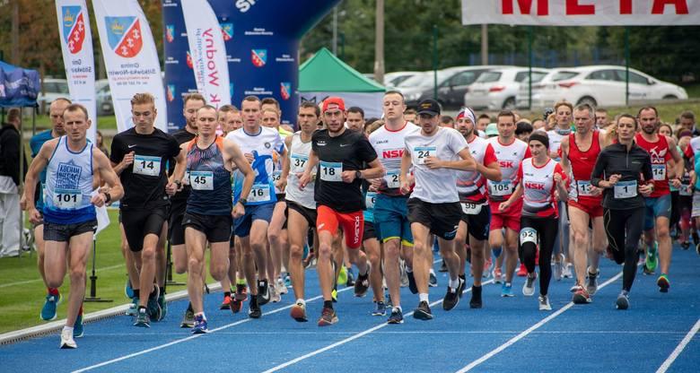 Sylwester Lepiarz z Wronowa wygrał VII Bieg o Nowińskie Kominy, który odbył się w sobotę. Trasa liczyła 5 kilometrów. Uzyskał czas 17 minut i 59 sekund.