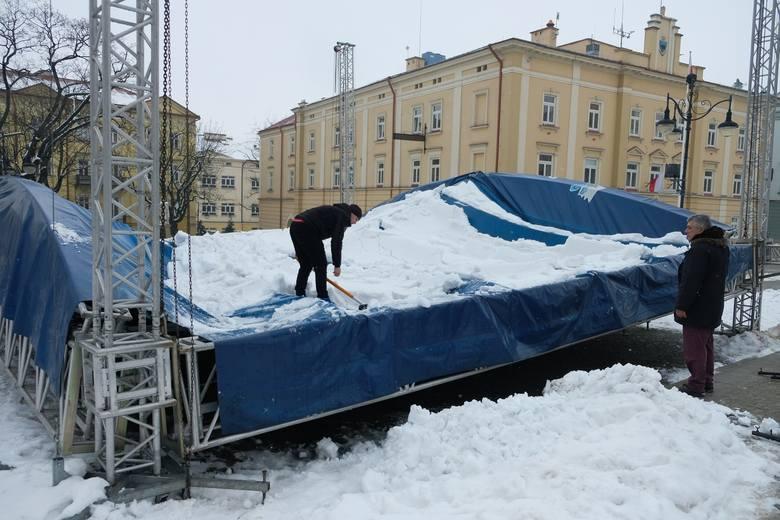 Scena na przemyskim rynku nie wytrzymała naporu mokrego śniegu. We wtorek konstrukcja zawaliła się. Scena należy do Przemyskiego Centrum Kultury i Nauki