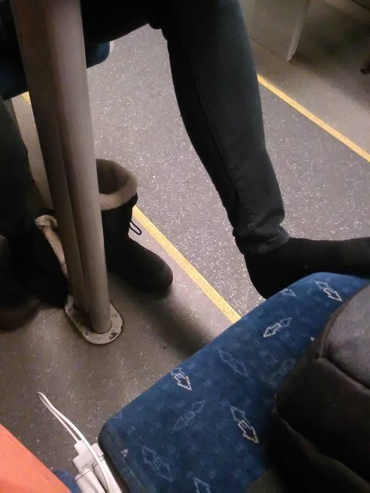 Pot, stopy, alkohol i jedzenie, czyli letnie zapachy w tramwajach i pociągach