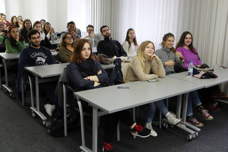 Jak zagraniczni studenci mają radzić sobie z rasistowskimi atakami?