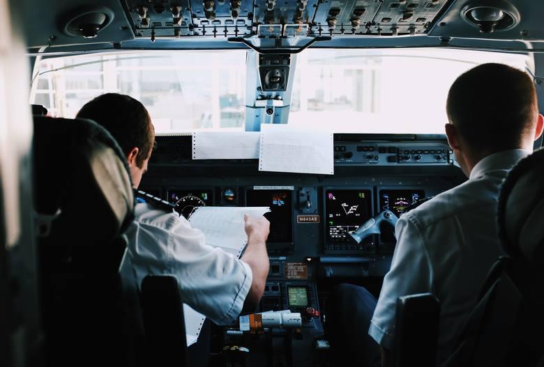 Zarobki pilotów to temat, o którym rozmawia się przy stole, na prywatce i w pubie. Podawane z ust do ust kwoty rzekomych zarobków pilotów bywają kosmiczne,
