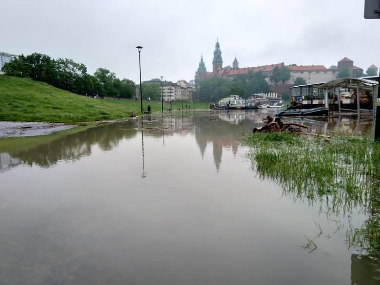 Alarm powodziowy w Krakowie. Fala kulminacyjna na Wiśle [NA ŻYWO]