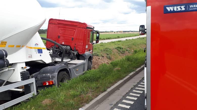 Dziś po południu w Smolnikach w gminie Szubin doszło do groźnie wyglądającego wypadku. Ciężarówka zderzyła się z bmw. Na szczęście nikomu nic się nie