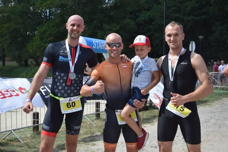 Ludzie z żelaza - tak określa się zawodników, którzy startują w triathlonie. Taki przez ten weekend odbywał się nad jeziorem Reczynek w Ośnie Lub., gdzie