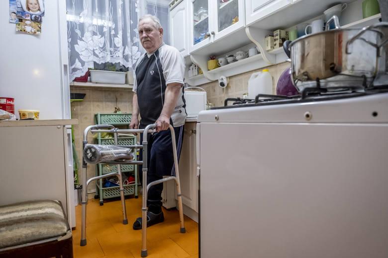 Mariusz Grześkowiak od lat choruje na cukrzycę. Niestety, kilka miesięcy temu z powodu ciężkich powikłań miał amputowaną nogę. Mężczyzna ma 65 lat, utrzymuje się z niskiej renty, żyje sam w mieszkaniu na czwartym piętrze na poznańskim Sołaczu.