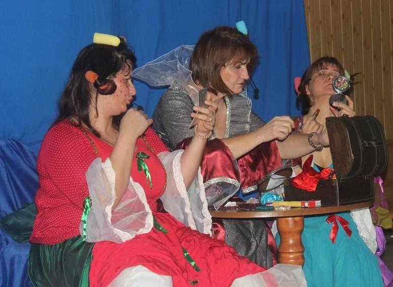 """Barwne kostiumy do """"Kopciuszka"""" grupa z Osieka zawdzięcza Renacie Kwiatkowskiej, która jest nie tylko aktorką, ale też czuwa nad scenografią"""