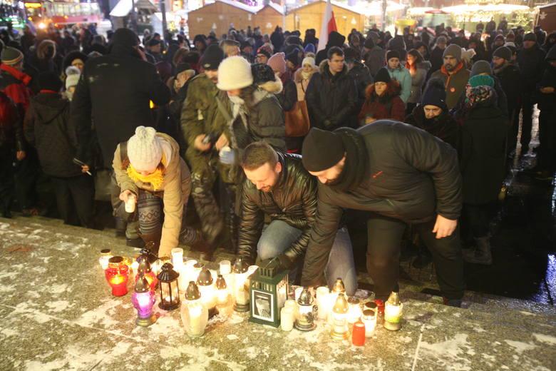 Demonstracja przeciwko nienawiści i przemocy w Katowicach odbyła się na rynku