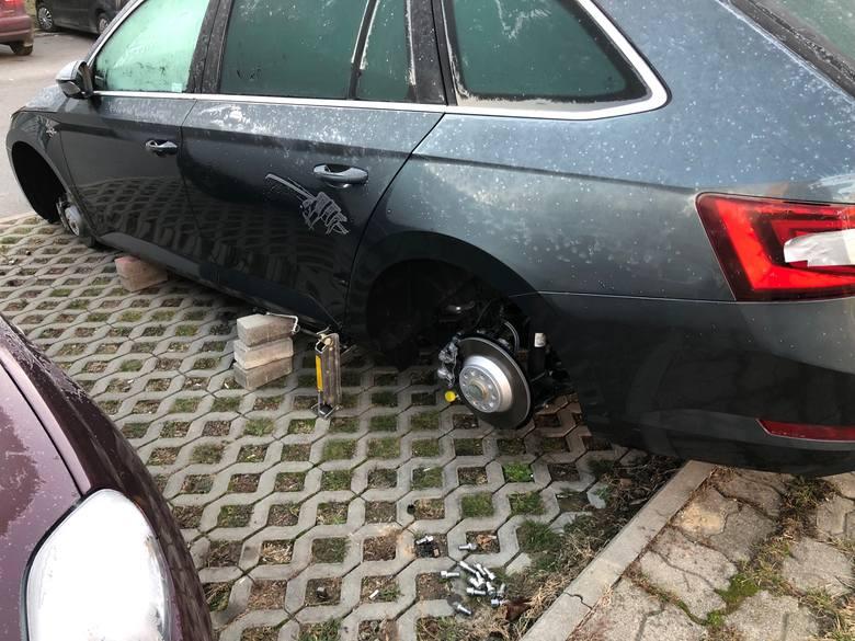 Nasz czytelnik, mieszkaniec osiedla Gen. Andersa parkuje samochód na przyblokowym parkingu. W niedzielę czekał na niego taki widok...
