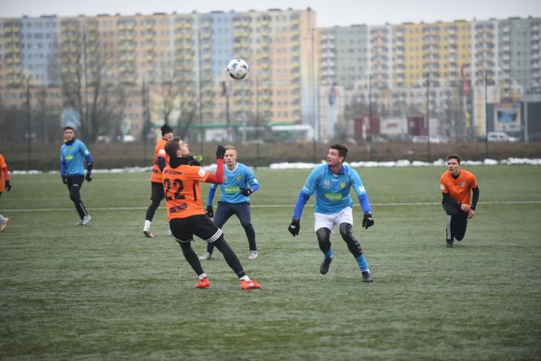 W pierwszym testowym spotkaniu po wznowieniu zajęć Elana Toruń nie miała większych problemów z pokonaniem grającego w III lidze Ursusa Warszawa. Nasi